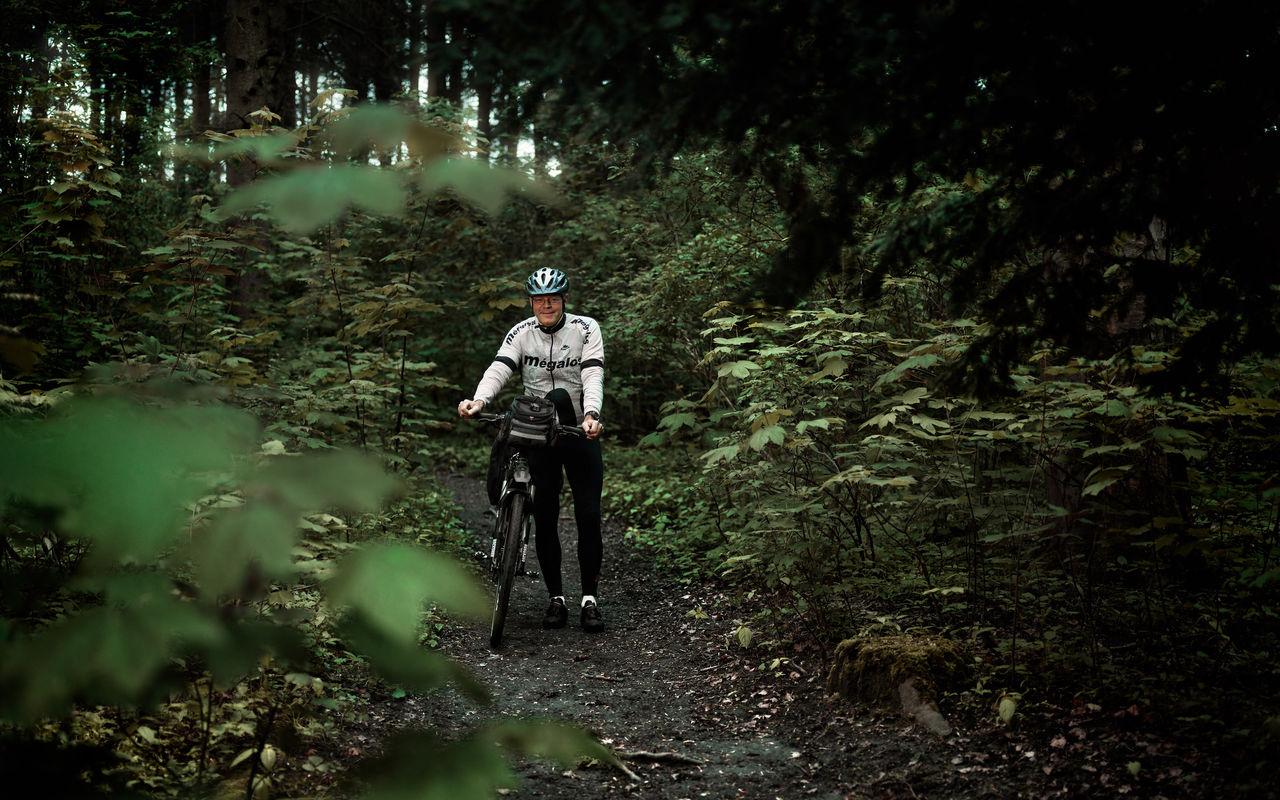 Dirk Raams in ajax shirt laten fietsen